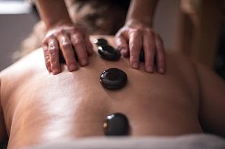 Massage aux pierres chaudes avec Vickie Hébert massothérapeute sur la rive-sud de Montréal